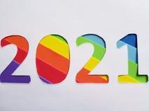 numere 2021 con espumoso en el fondo del color del arco iris y blanco Imagenes de archivo