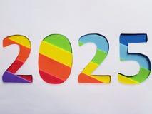 numere 2025 con espumoso en el fondo del color del arco iris y blanco Fotografía de archivo