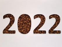 numere 2022 con los granos de café asados y el fondo blanco Fotografía de archivo