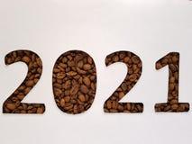 numere 2021 con los granos de café asados y el fondo blanco Imagenes de archivo