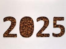 numere 2025 con los granos de café asados y el fondo blanco, diseño para la celebración del Año Nuevo Foto de archivo libre de regalías