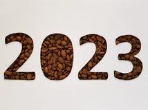numere 2023 con los granos de café asados y el fondo blanco, diseño para la celebración del Año Nuevo Imágenes de archivo libres de regalías