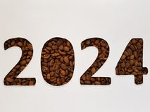 numere 2024 con los granos de café asados y el fondo blanco, diseño para la celebración del Año Nuevo Foto de archivo libre de regalías