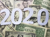 numere 2020 en blanco con el fondo de las cuentas de dólares Imagen de archivo libre de regalías