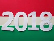 numere 2020 en blanco con el fondo rojo, blanco y verde Imágenes de archivo libres de regalías