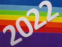 numere 2022 en blanco con espumoso en fondo de los colores del arco iris Fotos de archivo