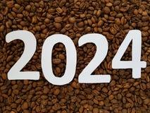 numere 2024 en blanco con los granos de café asados fondo, diseño para la celebración del Año Nuevo Fotografía de archivo