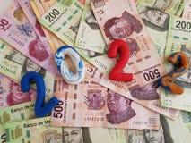 numere 2022 en colores del plasticine, en los billetes de banco mexicanos de diversas denominaciones Foto de archivo