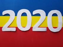 numere 2020 en el fondo blanco y azul, amarillo y rojo Fotos de archivo