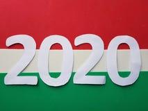 numere 2020 en el fondo blanco y verde, blanco y rojo Foto de archivo