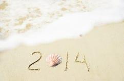 Numere 2014 en la playa arenosa - concepto del día de fiesta Imagenes de archivo