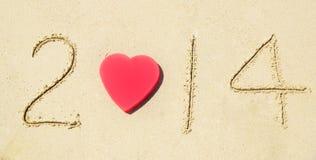 Numere 2014 en la playa arenosa - concepto del día de fiesta Imágenes de archivo libres de regalías