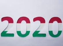 numere 2020 en verde, blanco y rojo en el fondo blanco Imagenes de archivo