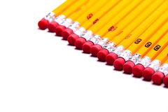 Numere 2 lápis alinhados em um fundo branco com espaço do texto Imagem de Stock