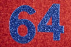 Numere sessenta e quatro cores do azul sobre um fundo vermelho anniversary Imagens de Stock