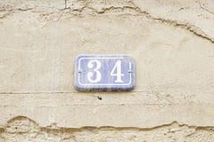 Numere treinta y cuatro en la pared de una casa Fotos de archivo