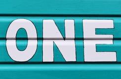 Numere UM nas letras escritas no lado de uma cabana de madeira da praia Imagem de Stock Royalty Free
