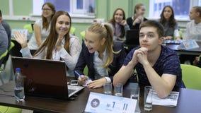 Numere a un equipo de estudiantes que ganan la competencia almacen de metraje de vídeo
