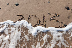 Numeri 2013 sulla sabbia della spiaggia con acqua dell'onda Immagini Stock