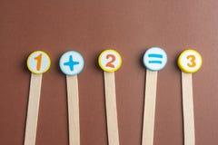 Numeri aritmetici del giocattolo sul bordo del sughero Fotografia Stock Libera da Diritti