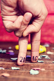 Numeri 2016, come il nuovo anno, nelle dita di un giovane Fotografie Stock
