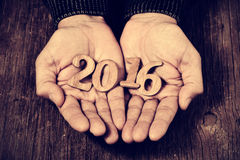 Numeri 2016, come il nuovo anno, nelle mani di un uomo Fotografie Stock Libere da Diritti