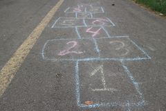 """Numeri del †di campane del gioco dei bambini """"dipinti su asfalto Immagine Stock"""