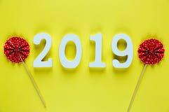 Numeri di legno bianchi 2019 su fondo giallo fondo creativo del nuovo anno e di Natale, decorazione fotografia stock