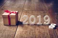 Numeri di legno che formano il numero 2019, per il nuovo anno 2019 sopra fotografia stock libera da diritti