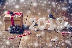 Numeri di legno che formano il numero 2019, per il nuovo anno 2019 sopra fotografie stock