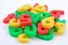 Numeri di plastica variopinti su bianco Fotografie Stock Libere da Diritti