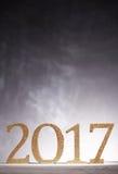 Numeri dorati del nuovo anno nel 2017 sopra gray Immagine Stock