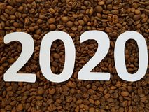 numeri 2020 nel bianco con i chicchi di caffè arrostiti il fondo, progettazione per il nuovo anno Fotografia Stock