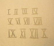 Numeri romani scritti su una spiaggia sabbiosa Istruzione Fotografia Stock