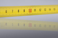 Numeri su nastro di misurazione - dettagli con la riflessione - 10 sul fuoco Immagini Stock
