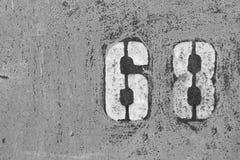Numeri 6, 8 sulla parete arrugginita del ferro fotografie stock libere da diritti