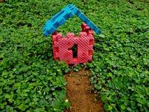 Numeri una casa di vendita e della costruzione della casa del bene immobile fotografia stock libera da diritti