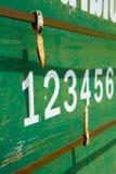Numero del tabellone segnapunti di Petanque sul piatto arrugginito verde di struttura del metallo Fotografie Stock