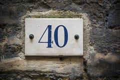 Numero della porta di numero quaranta sul muro di mattoni Fotografie Stock Libere da Diritti