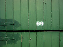 Numero della via, 69 su fondo di legno Fotografia Stock Libera da Diritti