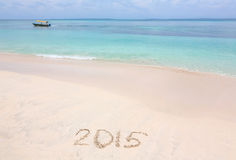 Numero di anno 2015 scritto sulla spiaggia sabbiosa Immagini Stock