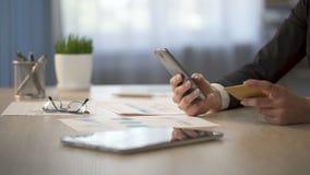 Numero di carta di credito di battitura a macchina sull'aggeggio, servizio di assistenza al cliente del ragioniere personale di V video d archivio