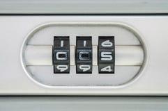 Numero di codice del primo piano per la serratura i vecchi precedenti della valigia con la parola d'ordine 005 Immagine Stock Libera da Diritti