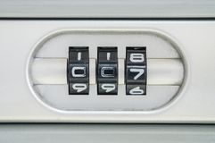 Numero di codice del primo piano per la serratura i vecchi precedenti della valigia con la parola d'ordine 007 Fotografia Stock