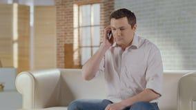Numero di composizione del tipo, chiamando, avendo conversazione telefonica seria stock footage