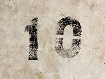 Numero dieci un zero 10 1 0 sul fondo del muro di cemento Fotografia Stock Libera da Diritti