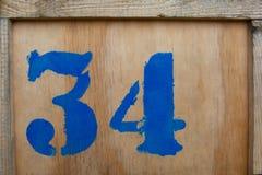 Numero 34, scritto su una scatola di legno Immagini Stock