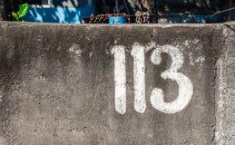 numero 113 su una pittura murale di stree nel bianco immagini stock libere da diritti