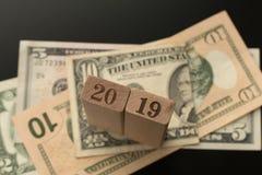 Numero 2019 sui precedenti delle banconote del dollaro fotografia stock