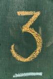 Numero tre scritto il gesso della mano a bordo Testo numero tre sulla lavagna Immagine Stock Libera da Diritti